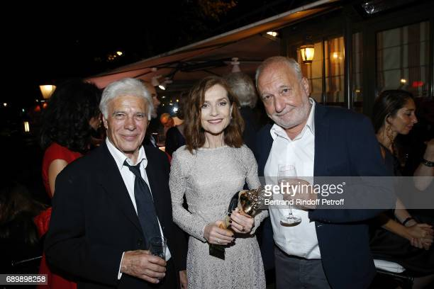 Guy Bedos Isabelle Huppert and Francois Berleand attend the Dinner of 'La Nuit des Molieres 2017' at la Closerie des Lilas on May 29 2017 in Paris...