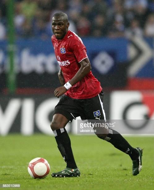 Guy Demel Mittelfeldspieler Hamburger SV Elfenbeinküste in Aktion am Ball