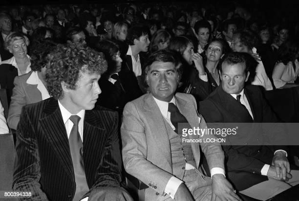 Guy Drut JeanClaude Brialy et Eric Tabarly lors d'une soirée à l'Olympia le 7 septembre 1976 à Paris France