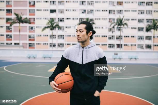 cara segurando uma bola de basquete. - courtyard - fotografias e filmes do acervo