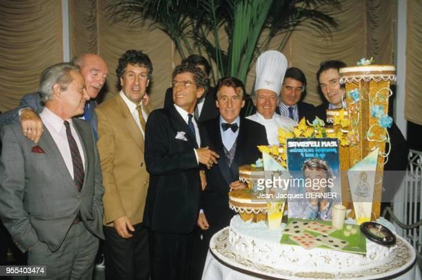 Guy Lux Eddie Barclay Stéphane Collaro Darry Cowl Jean Lefèvre JeanClaude Brialy et Robert Hossein lors de la 600è de la pièce 'Le Bluffeur' le 2...