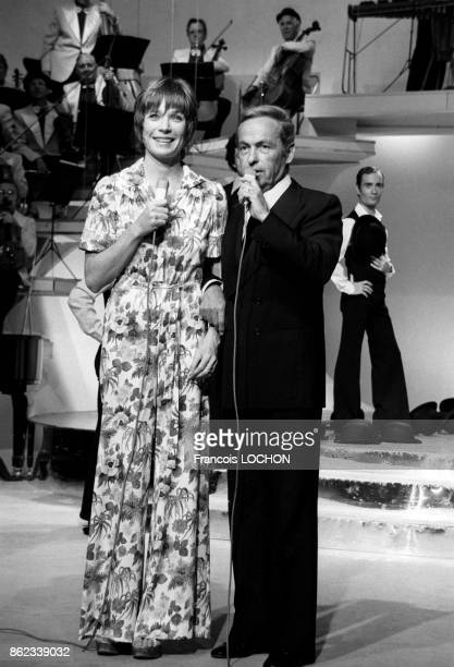 Guy Lux et l'actrice Shirley Mac Laine à la télévision le 8 juin 1976 à Paris France