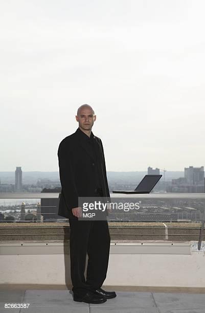 guy on rooftop - geschäftskleidung stock-fotos und bilder