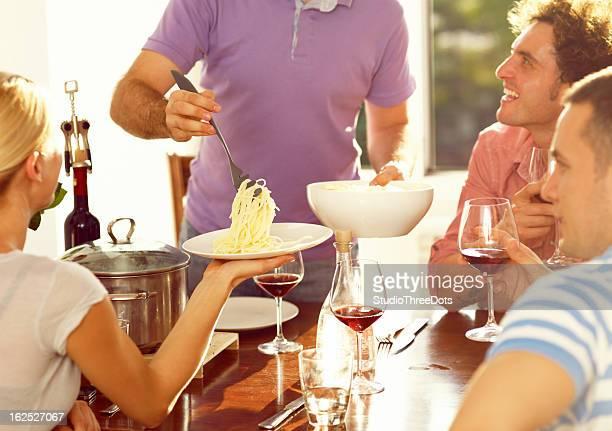 Guy mit pasta und seine Freunde