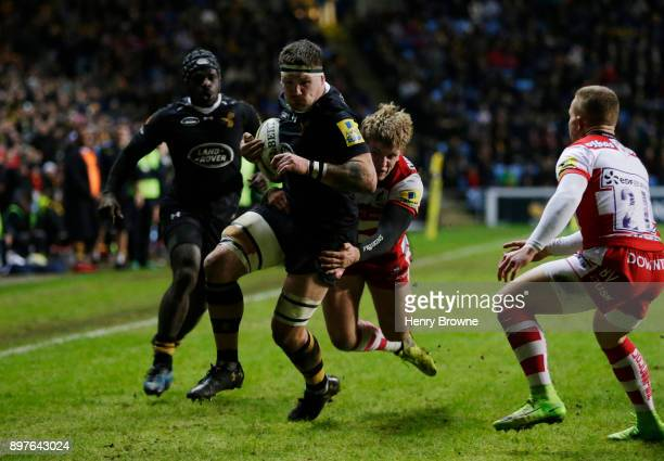 Guy Thompson of Wasps runs in to score a try during the Aviva Premiership match between Wasps and Gloucester Rugby at The Ricoh Arena on December 23...