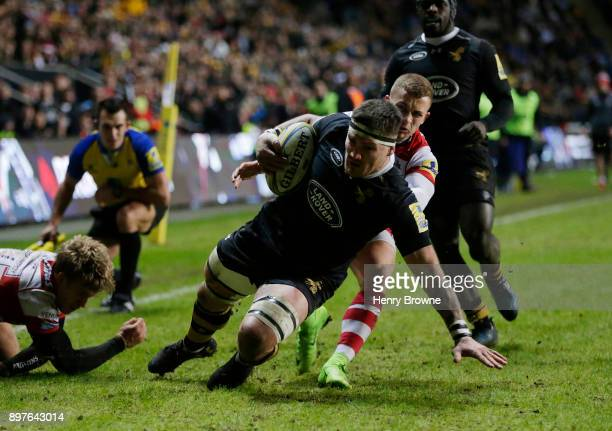 Guy Thompson of Wasps scores a try during the Aviva Premiership match between Wasps and Gloucester Rugby at The Ricoh Arena on December 23 2017 in...