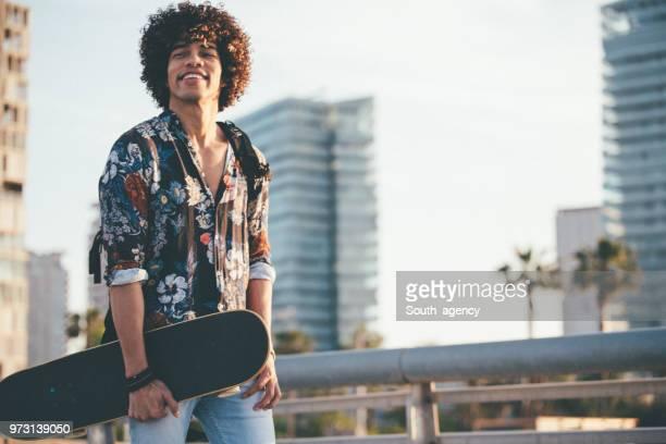guy con monopatín - patinar fotografías e imágenes de stock