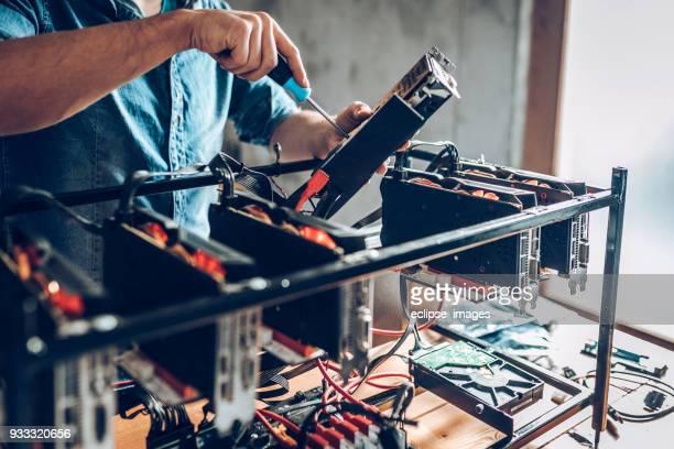 cryptocurrency のマイニング マシン上で作業の it 男 - クリプト ストックフォトと画像