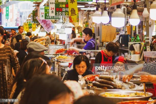 gwangjang vie, les propriétaires d'entreprise et les clients dans un temps de déjeuner typique - corée photos et images de collection
