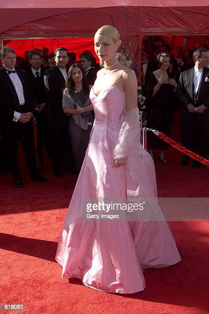 Gwyneth Paltrow arrives at the 71st Academy Awards March 21, 1999 in Los Angeles, CA.