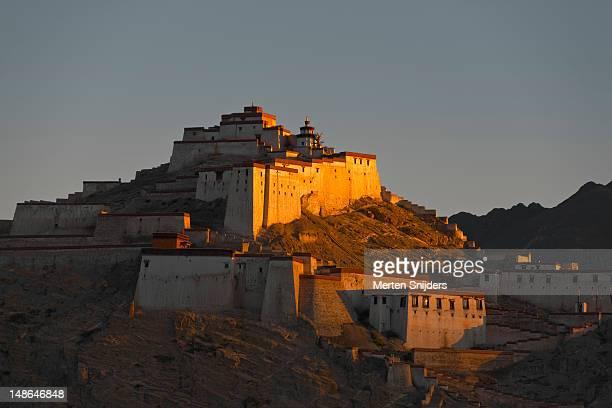 gyantse fort at dawn. - merten snijders stockfoto's en -beelden
