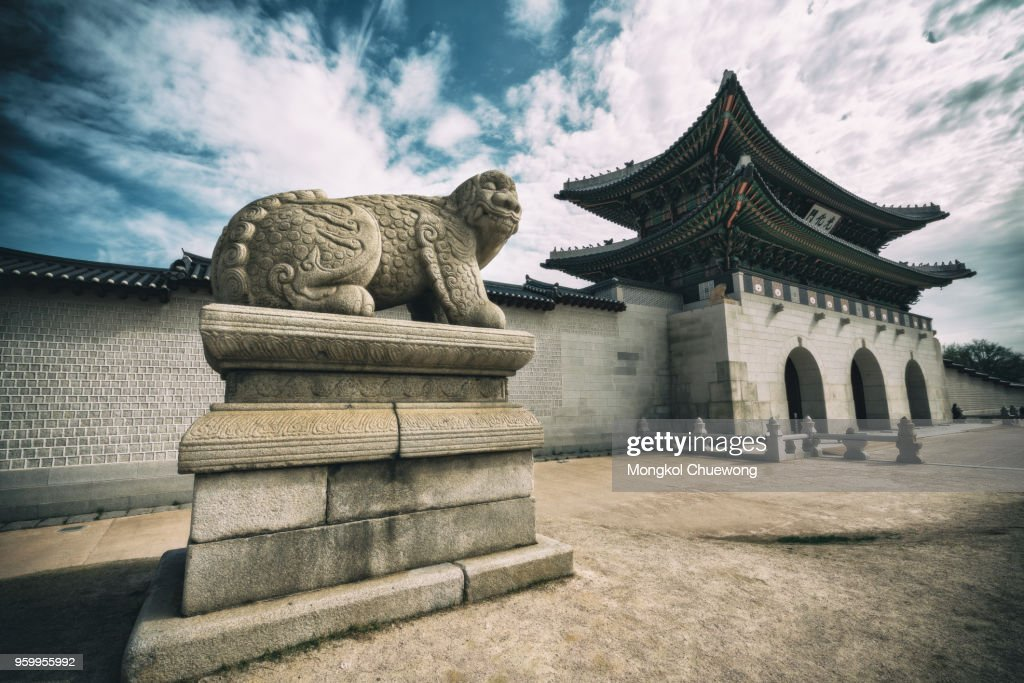 Gyeongbokgung Palace  with blue sky and clouds at Seoul city, South Korea. : Stock-Foto