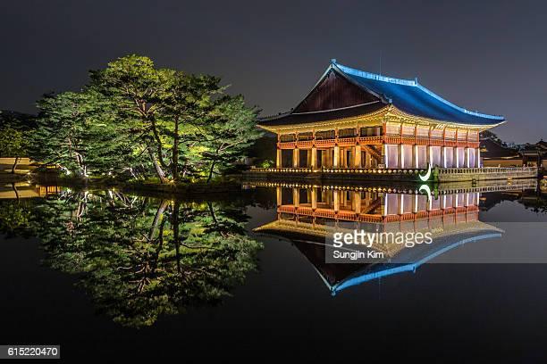 gyeonghoeru pavilion at night - gyeongbokgung stock photos and pictures