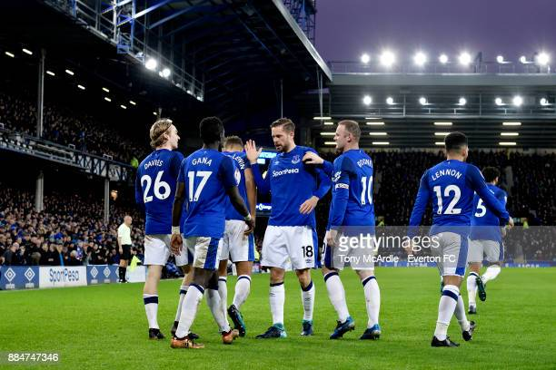 Gylfi Sigurdsson celebrates his goal with Wayne Rooney Tom Davies and team mates during the Premier League match between Everton and Huddersfield...