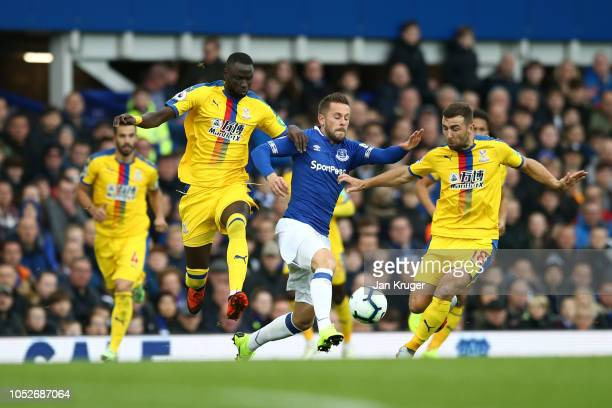 Gylfi Sigurdsson of Everton battles for possession with Cheikhou Kouyate of Crystal Palace and James McArthur of Crystal Palace during the Premier...