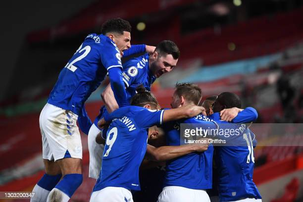 Gylfi Sigurdsson of Everton celebrates with teammates Ben Godfrey, Michael Keane, Dominic Calvert-Lewin and Abdoulaye Doucoure after scoring his...