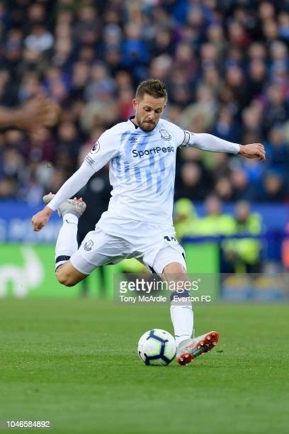 Gylfi Sigurdsson of Everton shoots to score during the Premier League match between Leicester City and Everton at the King Power Stadium on October 6...