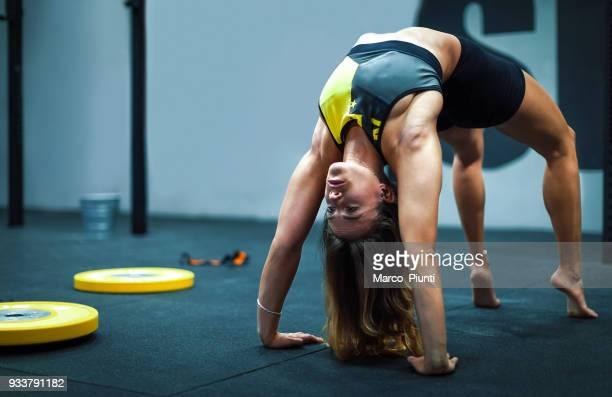 Fitness-Studio Fitness - Frau Ausübung Brücke