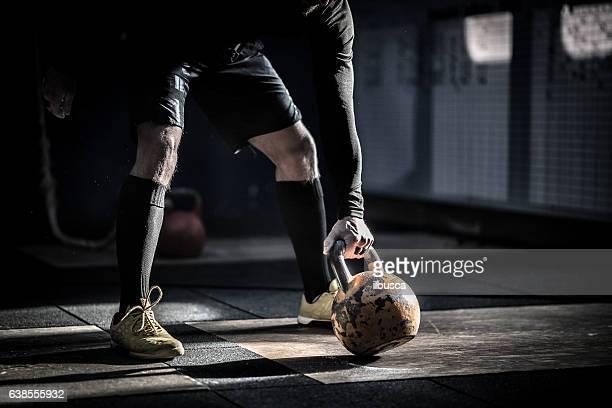 Fitnessstudio fitness-Training: Mann bereit zum Trainieren mit kettle bell