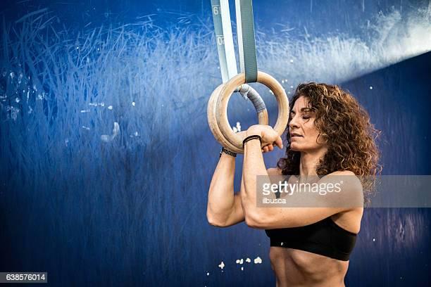 Fitnessstudio fitness-Training: Frau mit Ringen