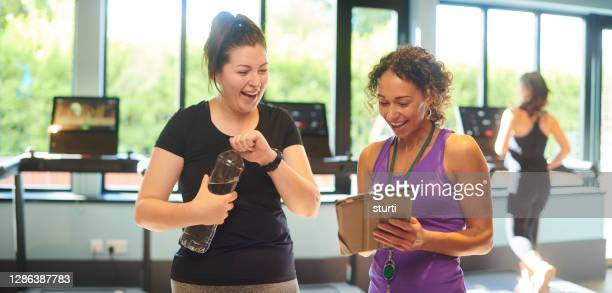 gym induction with trainer - health club stock pictures, royalty-free photos & images
