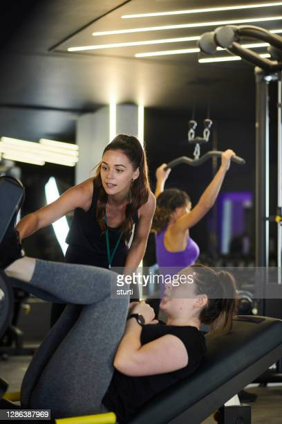 gym session with trainer - health club stock pictures, royalty-free photos & images