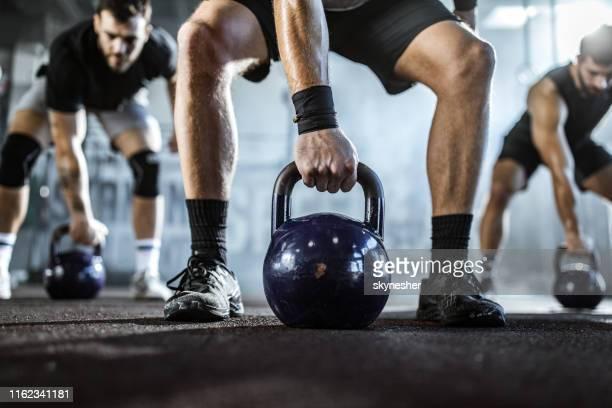 cross fit mit kesselglocken in einem fitnessraum! - kugelhantel stock-fotos und bilder