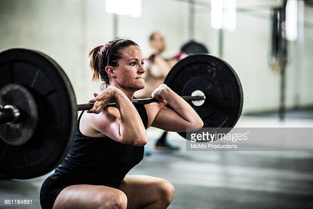 gym - woman doing front squats - leanincollection stock pictures, royalty-free photos & images