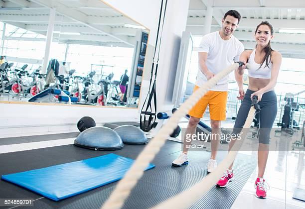 Mulher de ginásio com Treinador pessoal