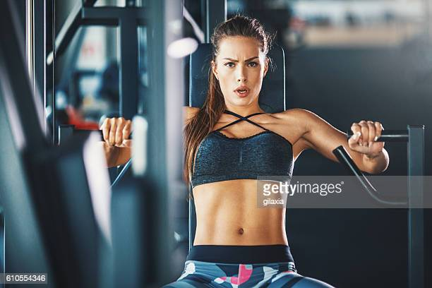 gym workout. - bodybuilding stockfoto's en -beelden