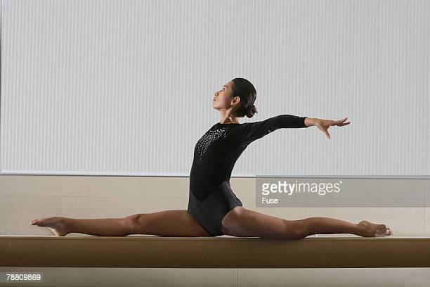 gymnast balancing on beam - balance beam stock pictures, royalty-free photos & images