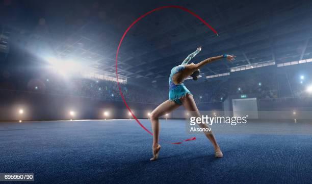 uma menina ginasta faz performance com banda ginástica num grande palco profissional - ginástica - fotografias e filmes do acervo