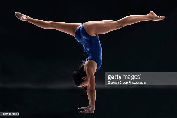 gymnast handstand split - split acrobatiek stockfoto's en -beelden