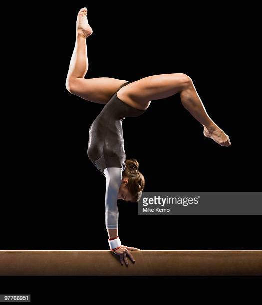 gymnast on balance beam - gymnastique sportive photos et images de collection