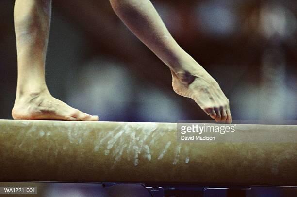 gymnast on beam, close-up of feet - teenage girls feet stock-fotos und bilder