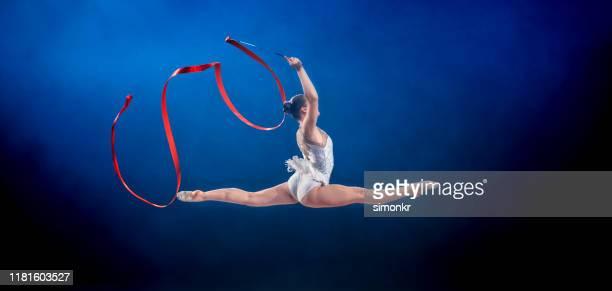gymnaste exécutant avec le ruban - gymnastique au sol photos et images de collection