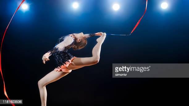 turnerin, die mit band auftritt - rhythmic gymnastics stock-fotos und bilder