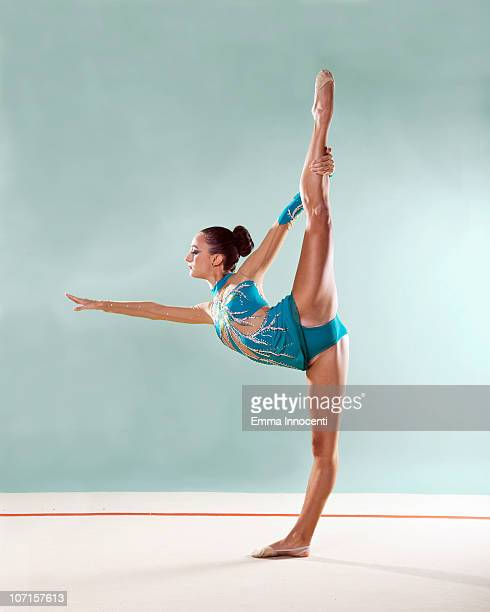 gymnast, profile, standing, bending backwards - gymnastique au sol photos et images de collection