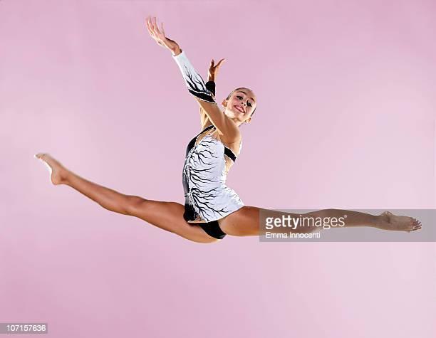 gymnast, split, mid air, black and white leotard - gymnastique au sol photos et images de collection