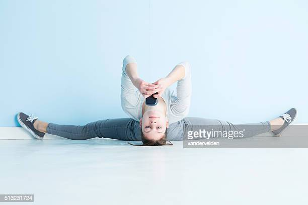 gymnast texting - split acrobatiek stockfoto's en -beelden