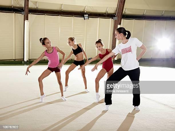 gymnastic, training, coach, standing, pose - emma white stockfoto's en -beelden