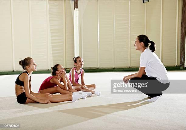 gymnastic, training, sitting, resting, coach - emma white stockfoto's en -beelden