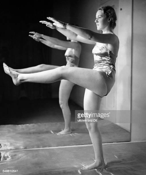 Gymnastics at Elizabeth Arden fullfigure portrait um 1937 Photographer Hedda Walther Published by 'Die Dame' 01/1938 Vintage property of ullstein bild