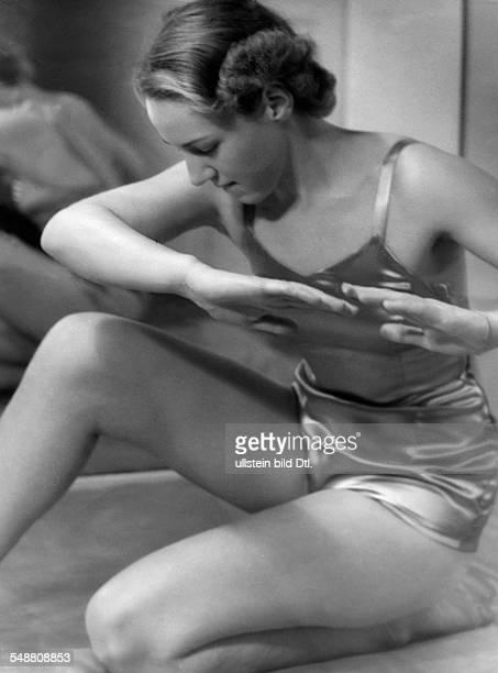 Gymnastics at Elizabeth Arden um 1937 Photographer Hedda Walther Published by 'Die Dame' 01/1938 Vintage property of ullstein bild