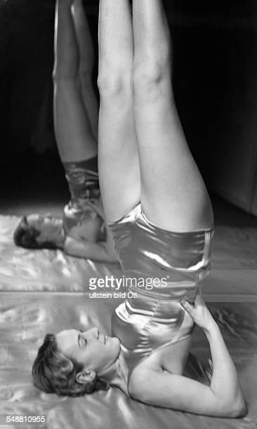 Gymnastics at Elizabeth Arden um 1937 Photographer Hedda Walther Published by 'Die Dame' 44/1941 Vintage property of ullstein bild