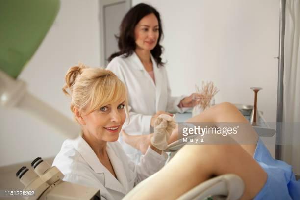 患者を検査する婦人科医 - 頚部細胞 ストックフォトと画像