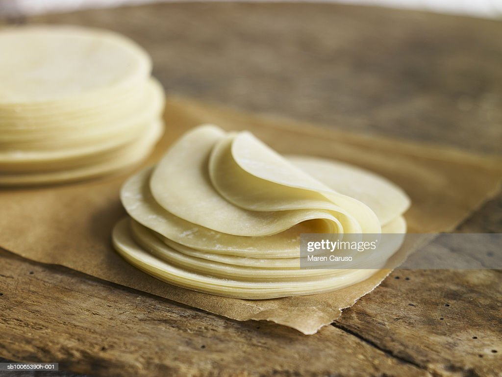 Gyoza wrappers on parchment paper and on cutting board, close-up : Foto stock