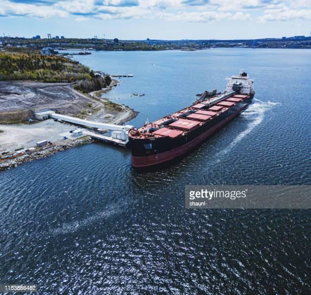 石膏貨物船 - 工場地帯 ストックフォトと画像