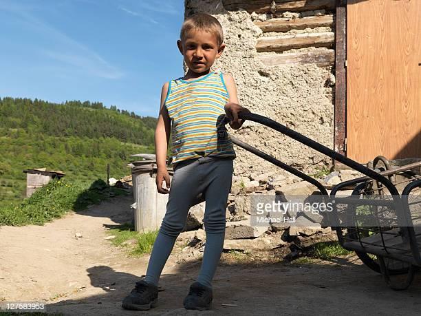 gypsy boy with trolly - sin mangas fotografías e imágenes de stock