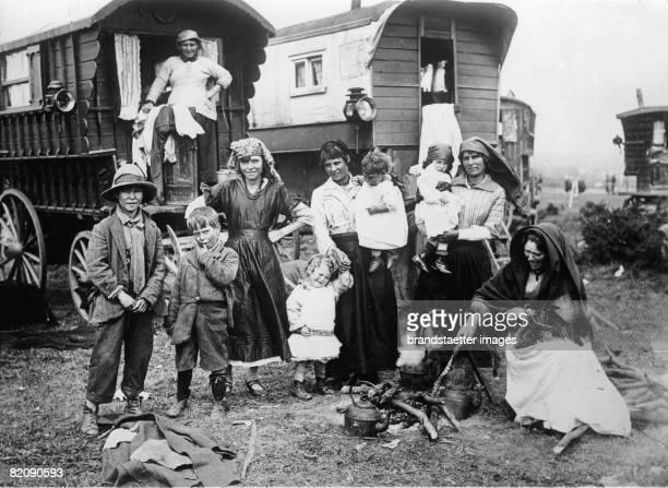 Gypsy camp at the beach of Epsom, England, Photograph, Around 1930 [Zigeunerlager am Strand von Epsom, England, Photographie, Um 1930]